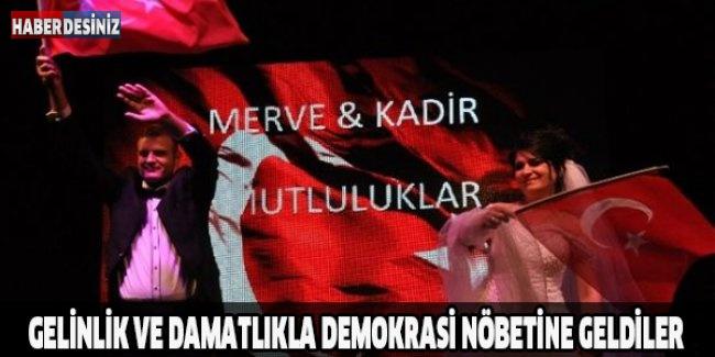 Gelinlik ve damatlıkla demokrasi nöbetine geldiler
