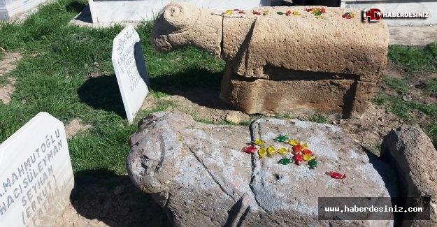 Iğdırda Koç Heykeli Mezar Taşları: