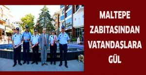 Maltepe zabıtasından vatandaşlara gül