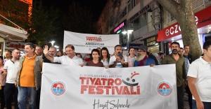 Tiyatro festivalinde karnaval gibi yürüyüş