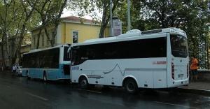 Turistleri taşıyan minibüs belediye otobüsüne çarptı.