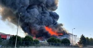 Tuzla'da polyester fabrikası yandı, yangın kısmen kontrol altına alındı