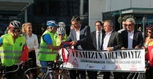Bisikletlerle Ata'yı Anmaya Gittiler