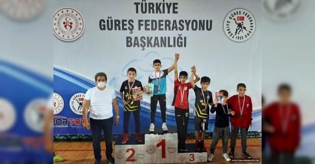 Güreş Şampiyonası'ndan Bağcılar'a madalya