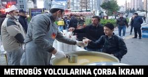 Metrobüs yolcularına çorba ikramı