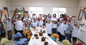 Kağıthane'de ilkokul öğrencileri ile yetişkinler sanat için bir araya geldi.